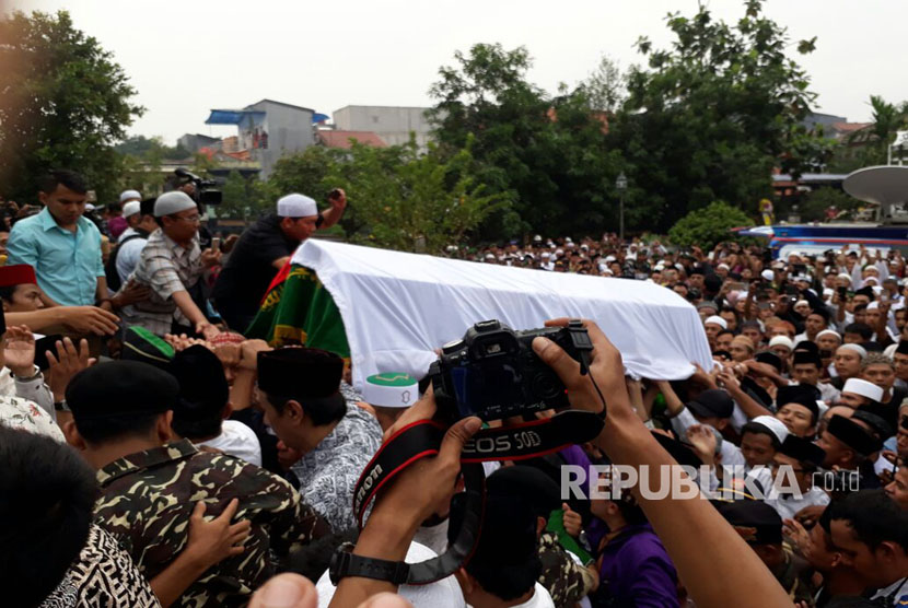 Al Hikam boarding school complex in Depok, West Java was crowded with the people who wishes to attend the funeral of KH Hasyim Muzadi, Thursday (March 16).