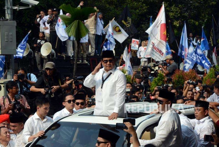 Presidential candidate of the opposition camp Prabowo Subianto delivers a speech to greet his supporters that flocked around General Election Commission (KPU) office, Jakarta, Friday (Aug 10).