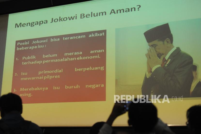 A journalist takes a photograph of a presentation related to the survey ahead of 2019 General Election, Jakarta, Fridya (Feb 2).