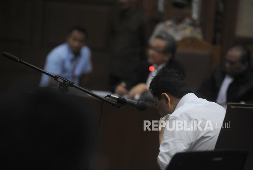 Defendant in e-ID card graft case, Setya Novanto, not sitting straight at the courtroom of inaugural session in the Corruption Court, Jakarta on Wednesday (December 13).