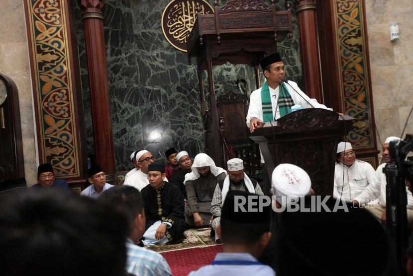 Preacher Abdul Somad delivers his advices during the Dhuha Lecture at Sunda Kelapa Grand Mosque, Jakarta, Sunday (Feb 4).