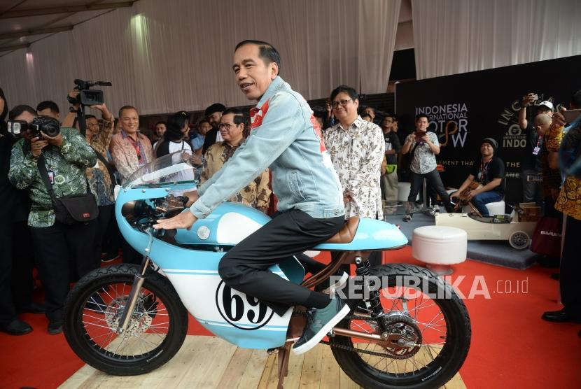 President Joko Widodo tries a modified bike during the opening of Indonesia International Motor Show (IIMS) 2018 at JI Expo, Jakarta, on Thursday (April 19).