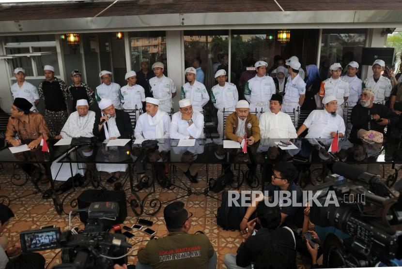 Team of 11 ulemas of the 212 Alumni hold a press conference about their meeting with President Joko Widodo at Tebet, Jakarta, on Wednesday (April 25).