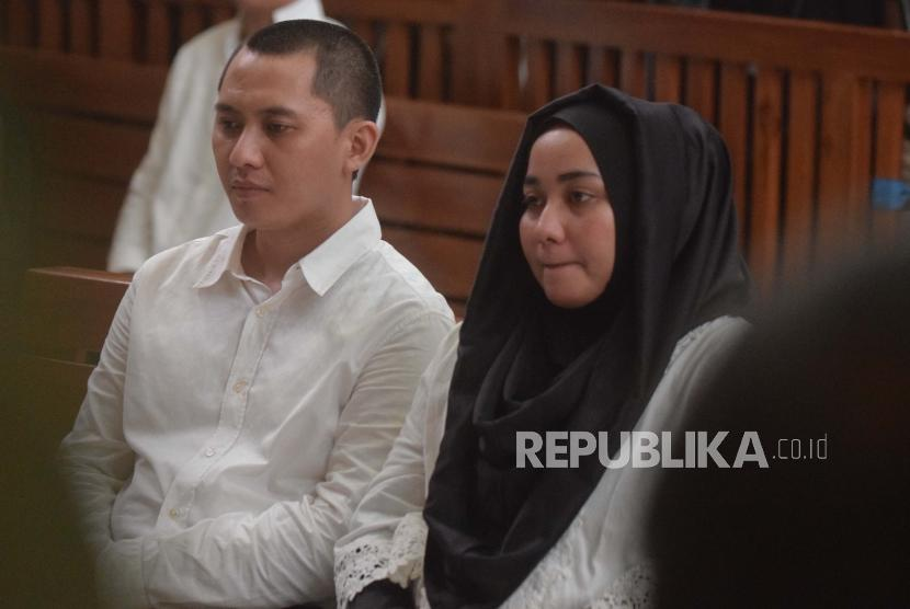Defendant in First Travel umrah scam, Andika Surachman (left) and his wife Anniesa Hasibuan, attend the hearing of their verdict in Depok District Court, West Java, on Wednesday (May 30).
