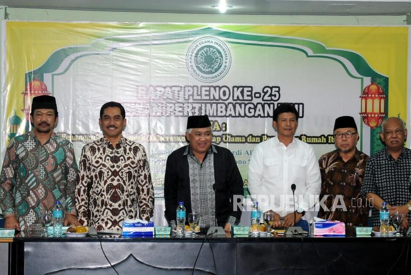 Chief of the National Agency for Combating Terrorism Commissioner General Pol Suhardi Alius along with chairman of the MUI Advisory Council Din Syamsuddin and Head of the Police's Criminal Investigation Unit Commissioner General Pol Ari Dono Sukmanto attend MUI plenary meeting, Jakarta, on Wednesday (Feb 21).