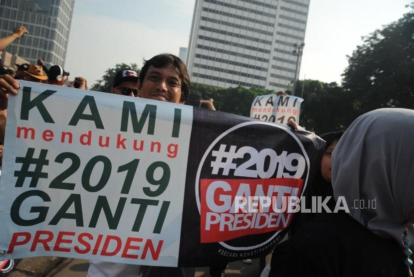 Participants of #2019GantiPresiden movement hold a banner at Hotel Indonesia Roundabout during Car Free Day, Jakarta, Sunday (April 29).