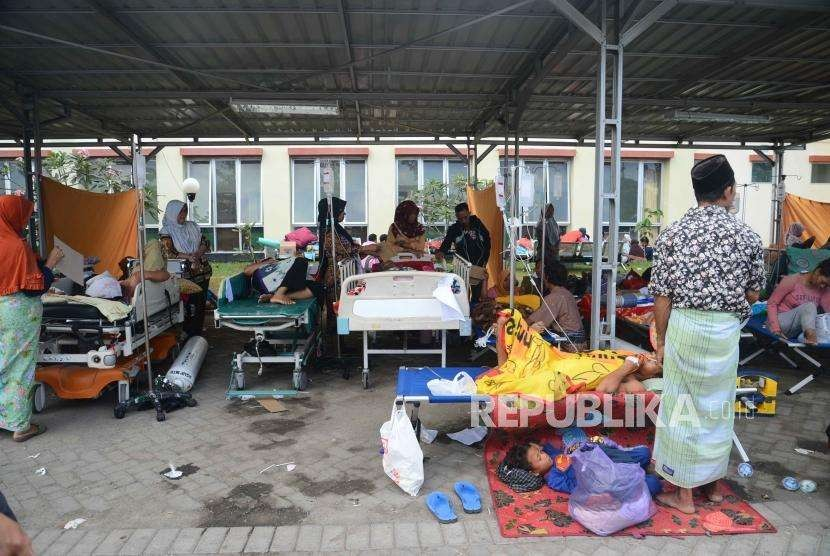 Patients of Mataram General Hospital rushed out of the hospital following a strong aftershock in Lombok, West Nusa Tenggara, on Thursday (Aug 9).