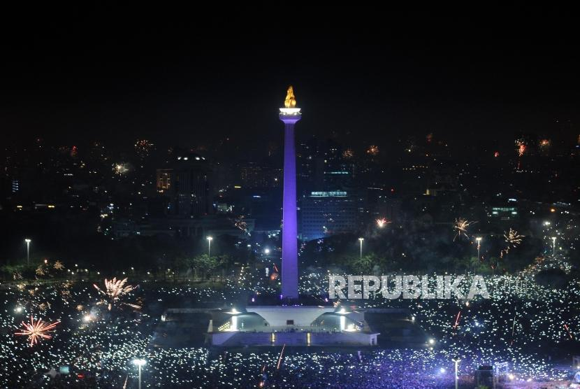 Jakartans throng in Monas area for celebrating 2018 New Year.