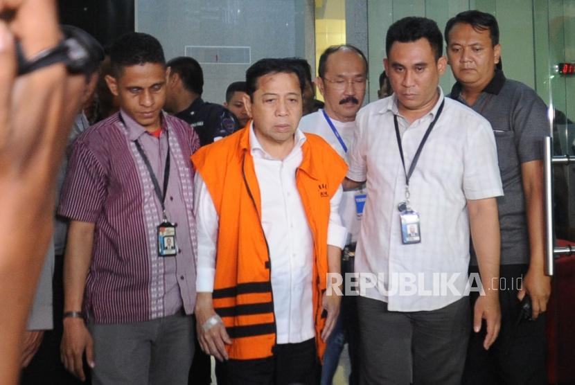 Wearing an orange vest of detainee, House of Representatives speaker Setya Novanto gives statement to the reporters after being detained by KPK, early on Monday (November 20).