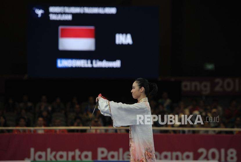 Indonesian wushu athlete Lindswell Kwok greets the judges after performing taijijian in Asian Games 2018 at JIExpo Kemayoran, North Jakarta, Monday (Aug 20).