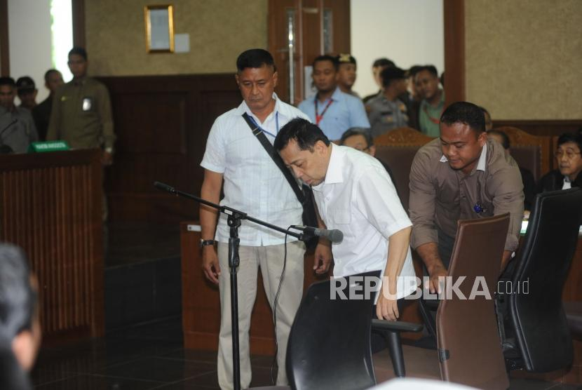 Defendant Setya Novanto entered the courtroom of e-ID card graft case inaugural session at Corruption Court, Jakarta, on Wednesday (December 13).