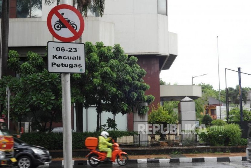 Motorcycle restriction sign installed at Imam Bonjol Street to HI Roundabout, Central Jakarta.