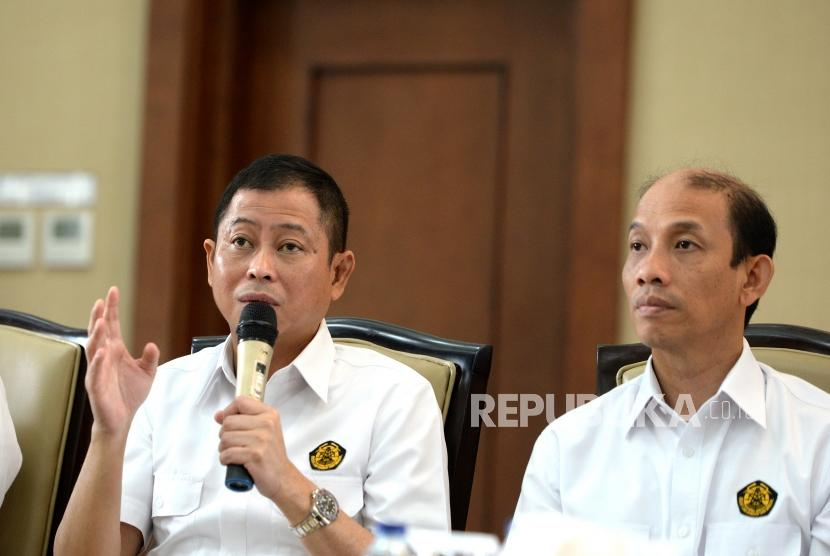 Energy and Mineral Resources Minister Ignasius Jonan (left) explains the revocation of 22 regulations that were hampering the investment process at his office, Jakarta, on Monday (Feb 12).
