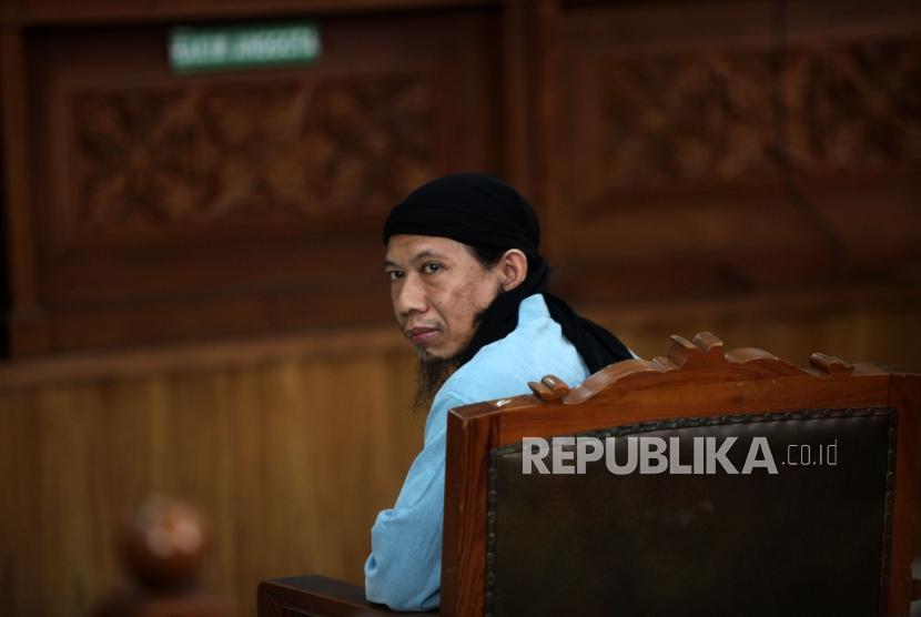 Defendant in Thamrin bombing Oman Rochman alias Aman Abdurrahman attends the trial to hear the verdict at South Jakarta District Court, Jakarta, on Friday (June 22).