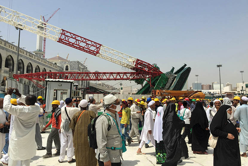 A number of pilgrims crossed the crane of the expansion project of the mosque that crashed at Masjidil Haram, Mecca on September 12, 2015.