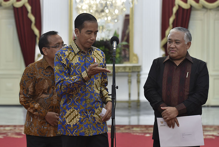 President Joko Widodo (center) accompanied by Minister of State Secretary Pratikno (left) invited former Chairman of PP Muhammadiyah Din Syamsuddin (right) to convey information about his appointment as special presidential envoy at Merdeka Palace, Jakarta, Monday (Oct 23).