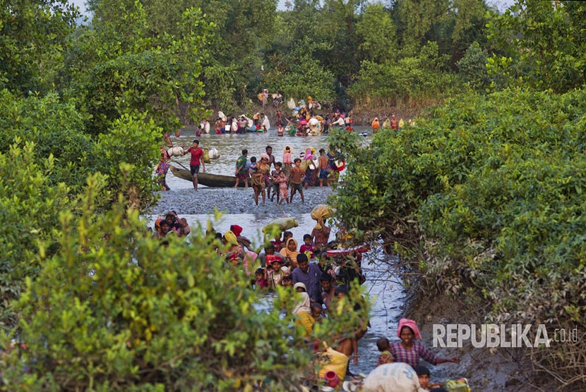 Rohingya Muslim refugees cross the Naf river on Myanmar-Bangladesh border to rescue themselves from Myanmar's military repression.