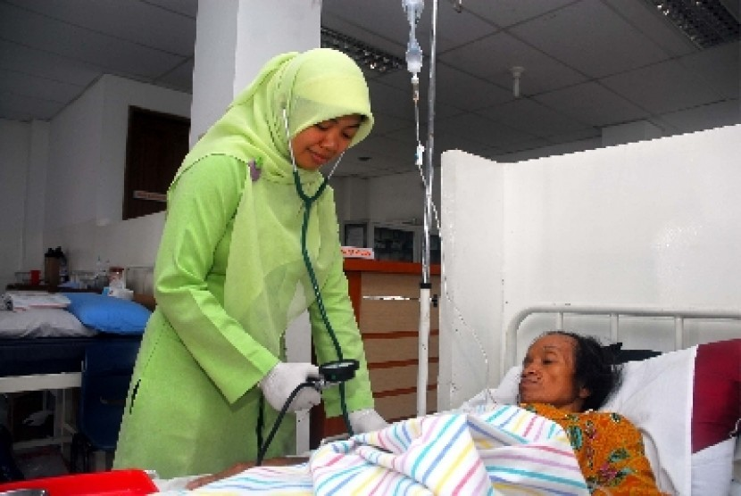 A nurse examines patient's blood pressure in a hospital in Jakarta. (illustration)