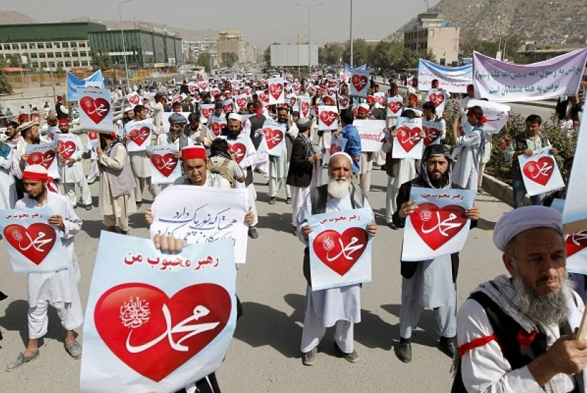 Afghan protesters hold posters during a peaceful demonstration in Kabul September 20, 2012. Hundreds of Afghans protested against a U.S.-made film that they said insulted the Prophet Mohammad PBUH. (illustration)