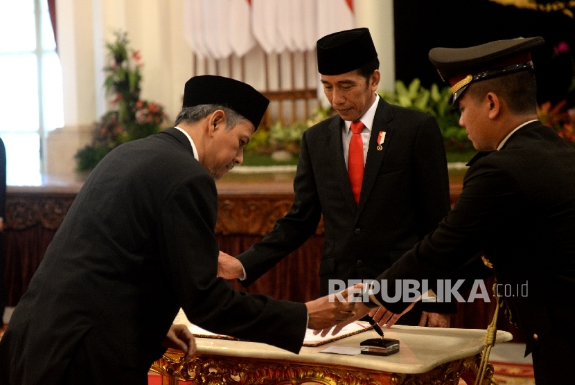 President Joko Widodo witnessess the signing of inauguration report by member of Supervisory Council of Implementing Body of Hajj Administration Management Body (BPKH), Anggito Abimanyu, at the State Palace, on Wednesday (July 26).