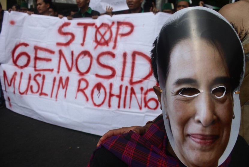 Member of Islamic Student Association (HMI) wear a mask of Myanmar State Counsellor Daw Aung San Suu Kyi in a solidarity rally to support Rohingya Muslims, in front of DPRD Malang, East Java, on Monday (September 4).