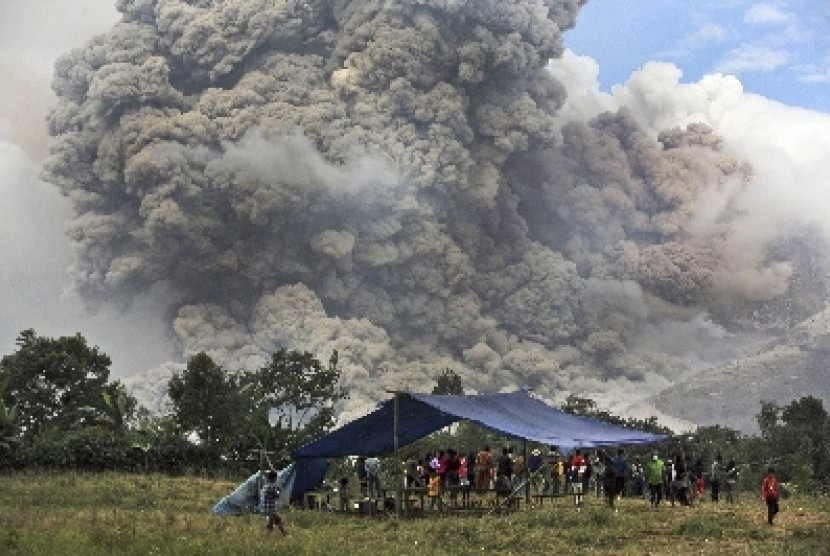 Hot ash from Mount Sinabung (file photo)