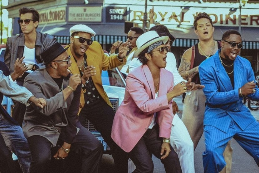 Bruno Mars dalam video klip Uptown Funk