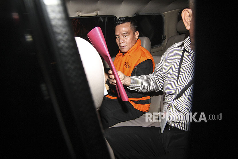South Bengkulu Regent Dirwan Mahmud is in the prisoner car after being examined at Corruption Eradication Commission (KPK) office, Jakarta, on Wednesday (May 16).