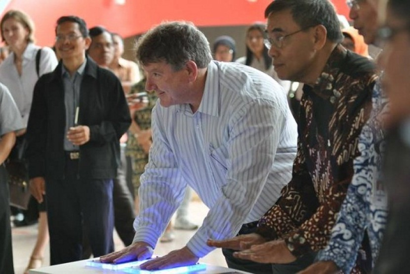 Dr Stuart Kohlhagen (center), General Manager of Science and Technology at Australia's science and technology centre, Questacon, helps press conduction plates to mark the opening of a two week science capacity building workshop at PP-IPTEK Jakarta on Monda