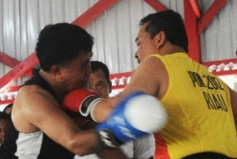 Indonesia's boxing legend Ellyas Pical (left)