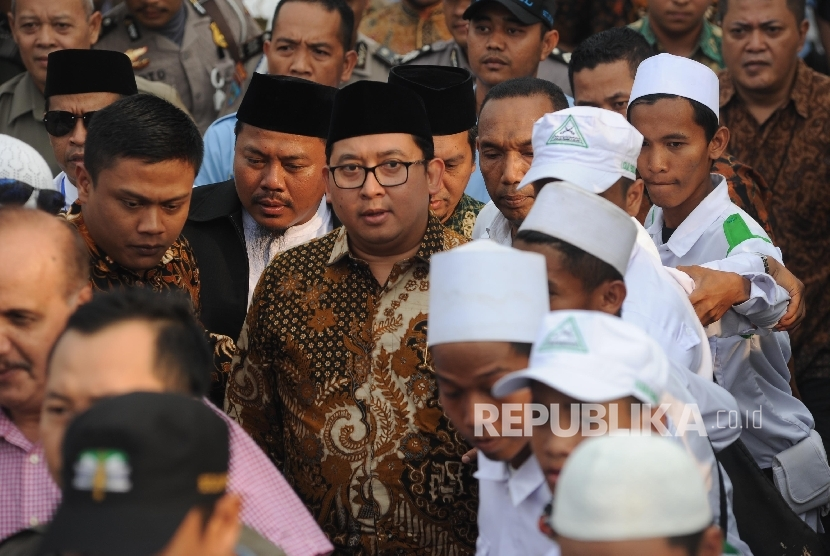 Speaker of House of Representative, Fadli Zon, meets the 299 rally participants after having dialogue with representatives of the mass of 299 rally at Parliament building, Jakarta, Friday (September 29).