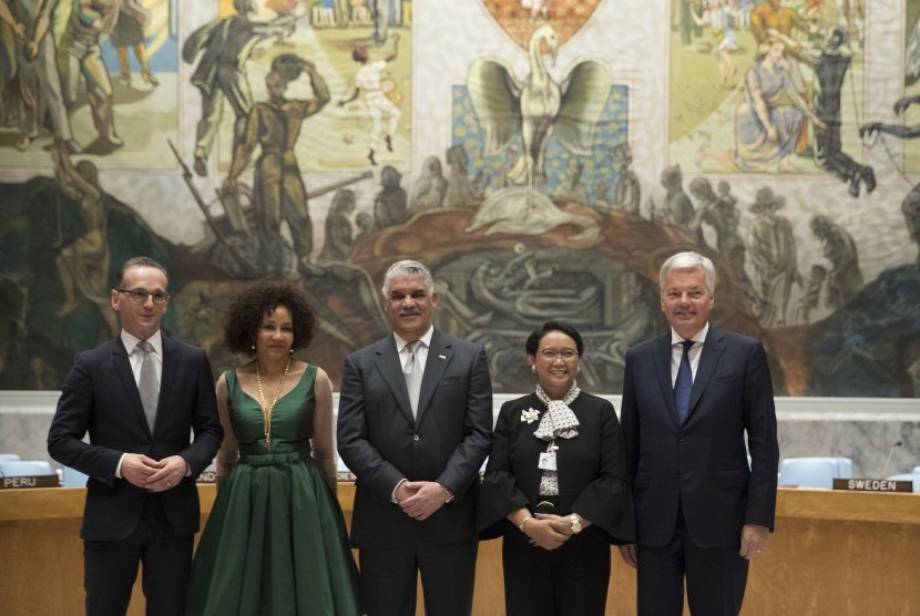 Foreign Ministers Heiko Maas, left, of Germany, Lindiwe Sisulu, second from left, of South Africa, Miguel Vargas, center, of the Dominican Republic, Retno Marsudi, second from right, of Indonesia, and Didier Reynders, of Belgium pose for photographers in the Security Council chambers after their countries were elected one of five non-permanent members of the Security Council, Friday, June 8, 2018 at United Nations headquarters.