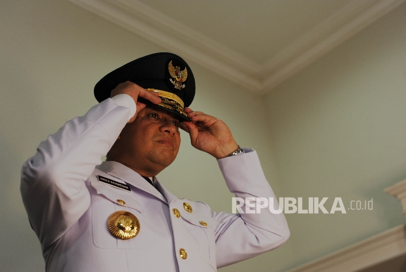 Jakarta Governor-elect Anies Baswedan prepares for a photo session of official clothing in Kebayoran Baru, South Jakarta, Thursday (October 12).