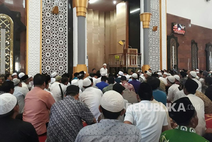TGH Muhammad Zainul Majdi or Tuan Guru Bajang invites the congregation at Hubbul Wathan mosque, Islamic Center NTB complex, West Nusa Tenggara, to pray for Palestine, Friday (December 8).
