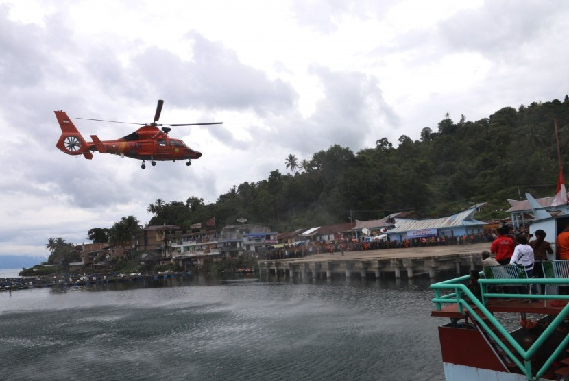 The Dauphin HR-3604 chopper of National Search and Rescue Agency (Basarnas) lands at Tigaras Port, Lake Toba, after searching victims of MV Sinar Bangun in Simalungun, North Sumatra, Saturday (June 23).