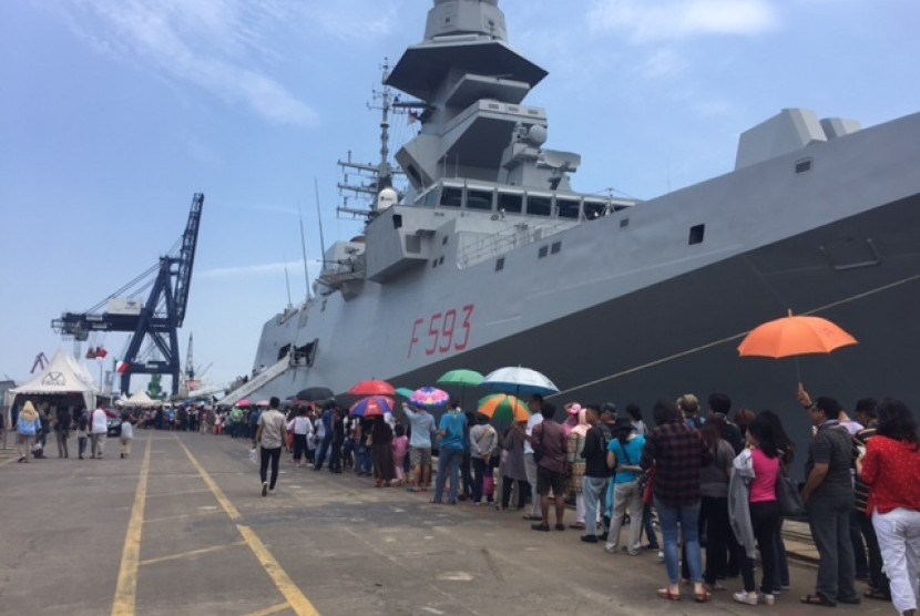 Indonesians queued to enter the warship in Jakarta, Indonesia..