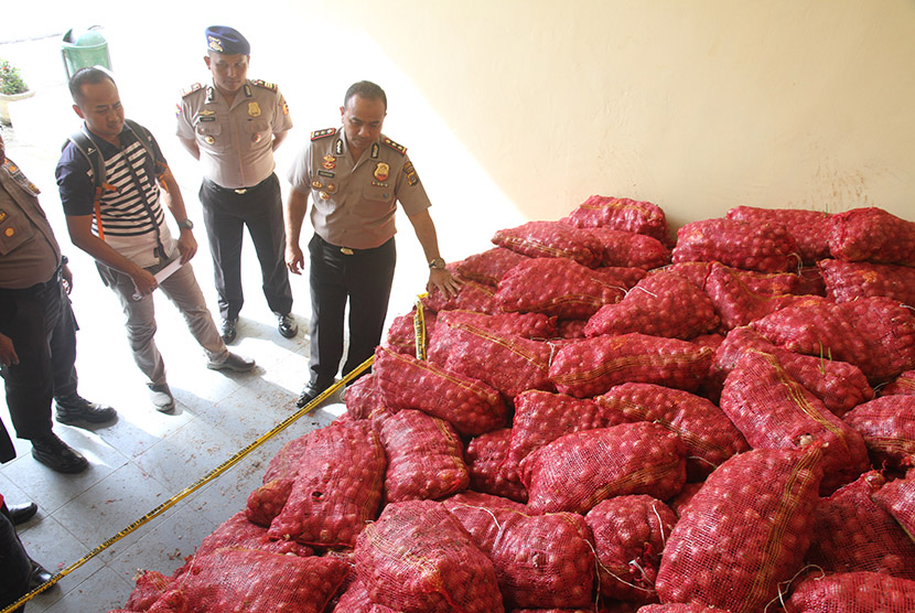 Illegal imported red onions allegedly smuggled from Thailand seized in Aceh province. (Illustration)