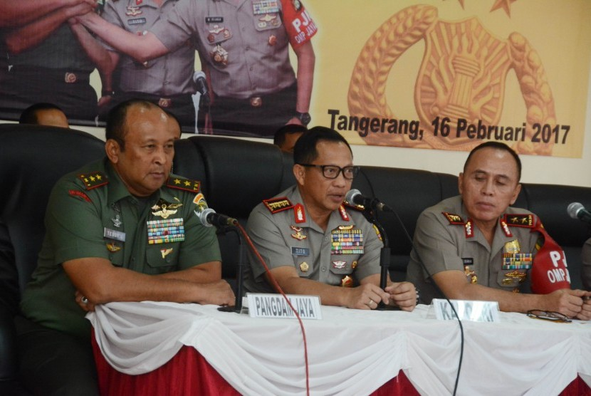 National Police Chief Tito Karnavian (center) accompanied by the Jayakarta Commander Teddy Lhaksmana and Jakarta Police Chief (right) M Iriawan conveyed a statement in a press conference at Tangerang Metro Police headquarter, Banten, Thursday (Feb 16).