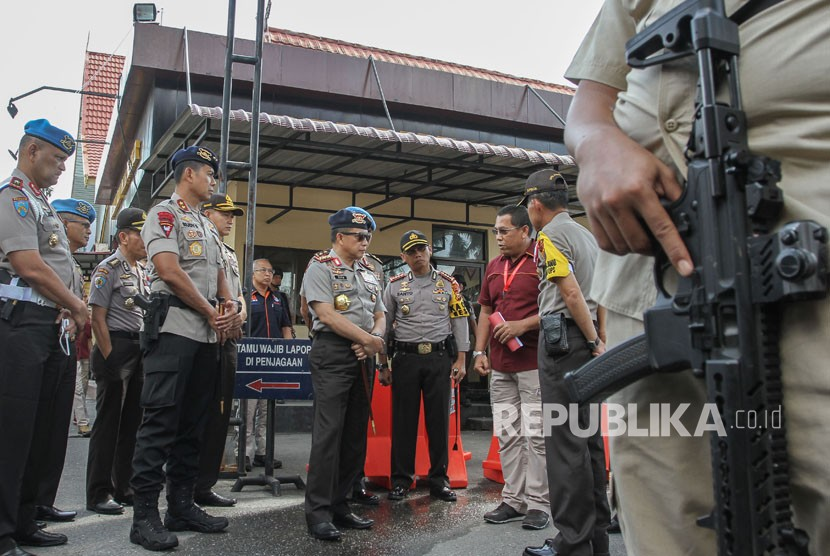 National Police Chief Tito Karnavian (center) visits Riau Police Headquarters, Pekanbaru, Riau, on Thursday (May 17).