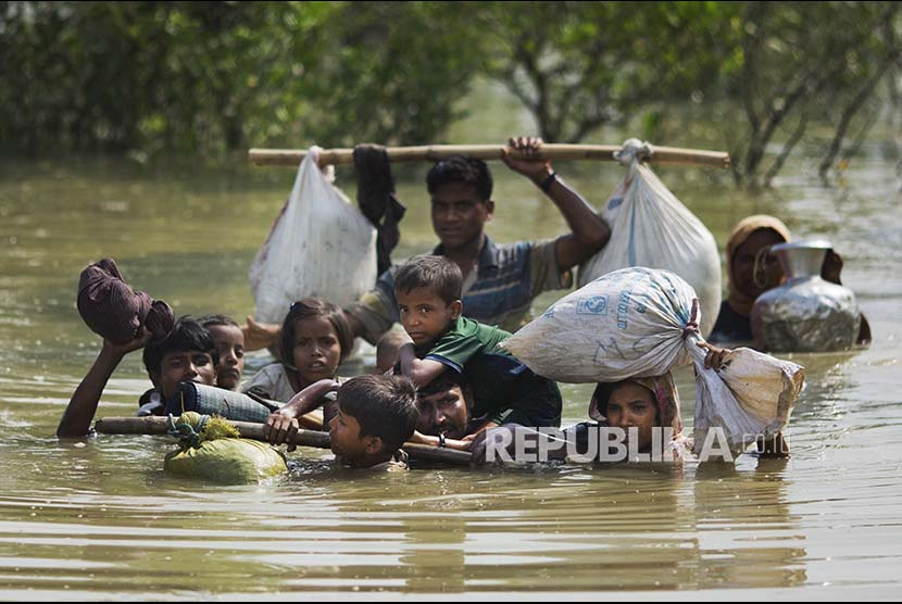 The Rohingya refugee family crossed a small river on the Myanmar-Bangladesh border near Cox's Bazar, Bangladesh, Tuesday (September 5).