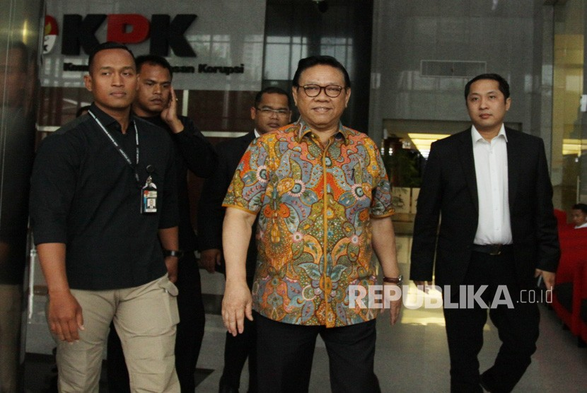 Chairman of the Board of Experts of Golkar Party Agung Laksono (center) walks out the KPK office after meeting a summons to testify for Fredrich Yunadi as a suspect in obstruction of justice case, on Thursday (January 18).