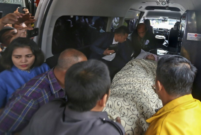House of Representatives speaker Setya Novanto was taken out of the ambulance upon arrival at RSCM Kencana, Central Jakarta, Friday (November 17).
