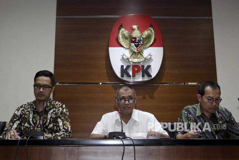 KPK chairman Agus Rahardjo (center) announces new suspect in e-ID graft case at KPK office, Jakarta, Monday (July 17).