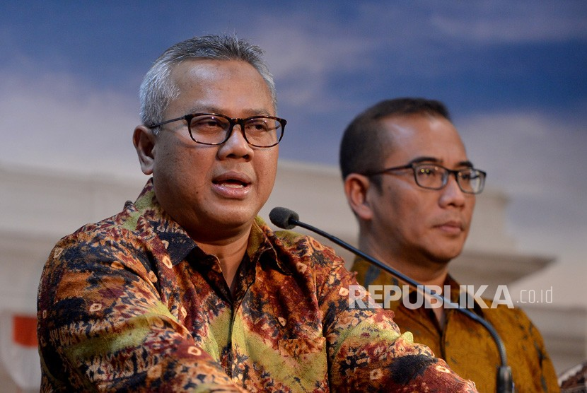 General Election Commission (KPU) chairman Arief Budiman (left) accompanied by KPU commissioner Hasyim Asy'ari holds a press conference after meeting President Joko Widodo at Merdeka Palace, Jakarta, Wednesday (July 11).