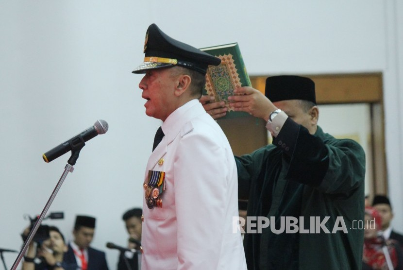 Police Commissioner General Mochamad Iriawan states his oath as West Java acting governor, Monday (June 18).