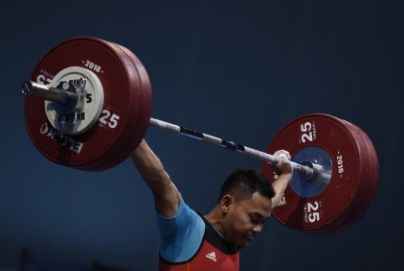 Indonesia's lIfter Eko Yuli Irawan performs clean and jerk in 62 kg class during the 18th Asian Games Invitation Tournament, JiExpo, Jakarta, Sunday (Feb 11).