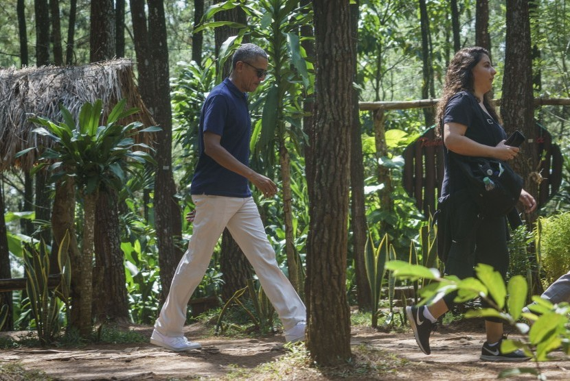 Former US president Barack Obama (left) visited natural tourist attraction Pucak Becici at Dlingo, Bantul, Yogyakarta, Thursday (June 29).