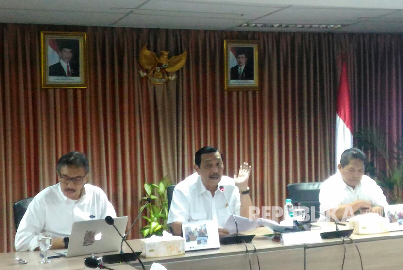 Coordinating Maritime Affairs Minister Luhut Binsar Pandjaitan explained his decision on reclamation project at his office on Tuesday.