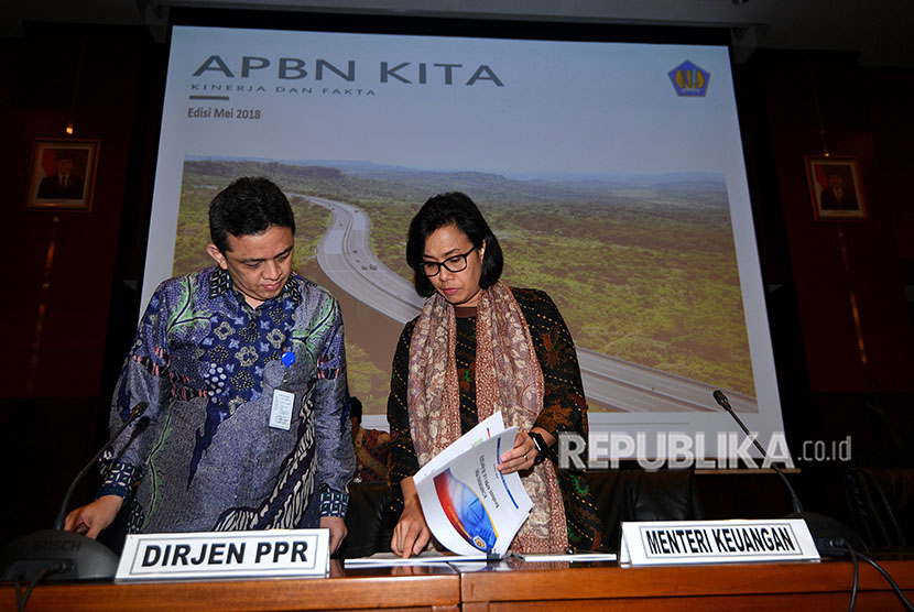 Finance Minister Sri Mulyani (right) accompanied by Director General of Financing and Risk Management of the Finance Ministry, Luky Alfirman hold a press conference on 2018 state budget, Jakarta, on Thursday (May 17).