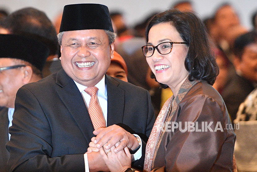 Finance Minister Sri Mulyani (right) congratulates new BI Governor Perry Warjiyo after the inauguration ceremony at Supreme Court office, Jakarta, on Thursday (May 24).